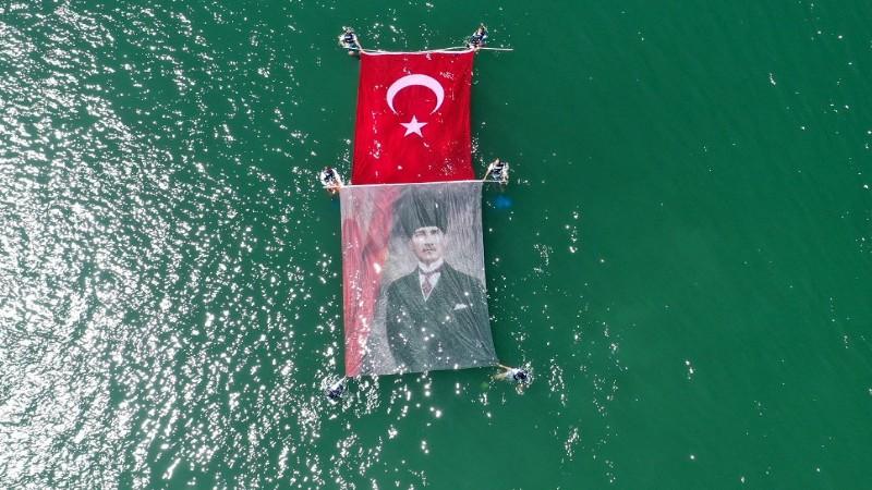 Suda Türk bayrağı ve Atatürk posteri açtılar