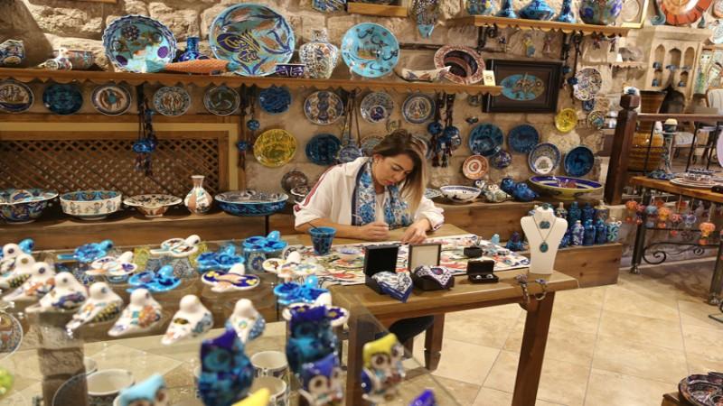 Asırlık çini desenlerini, tekstil ürünlerine işliyor