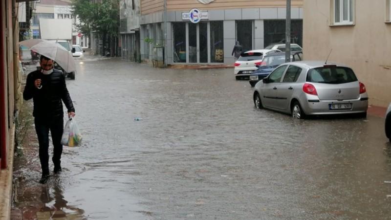 Bursa'da yollar göle döndü