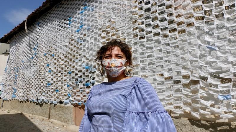 Evin duvarını maskelerle kapladı