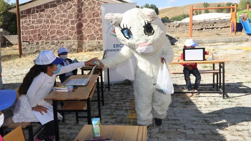 Gönüllü gençler kostümlerle dersleri renklendiriyor