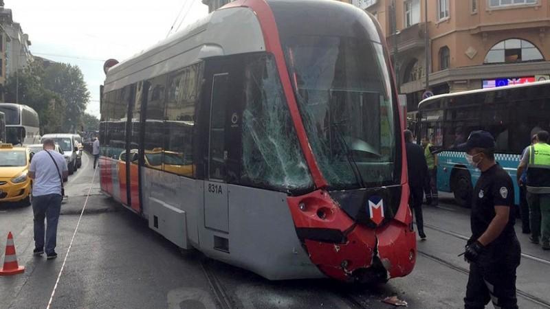 İstanbul'da tramvay ile servis aracı çarpıştı
