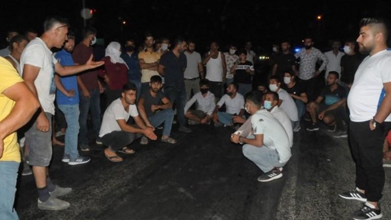 Trafik kazasında ölen kişinin yakınları yolu kapattı